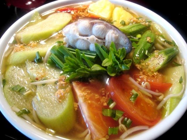 Canh cá nấu chua + rau sống